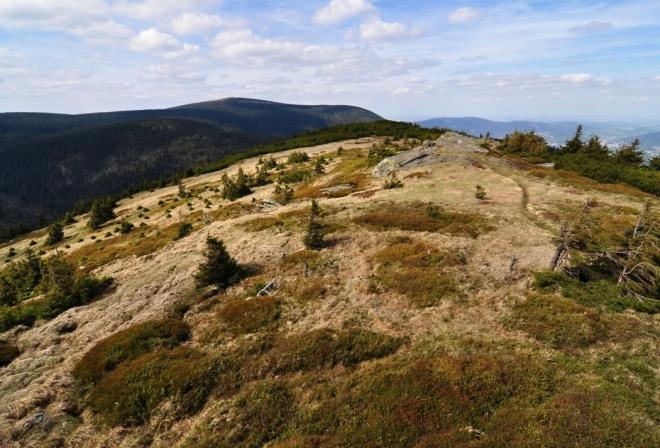 Vzdálený Keprník s Šerákem lemují obzor nad louckou Červené hoře.