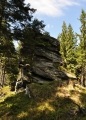 I dál je na hřebenu Žároveho vrchu několik skal...