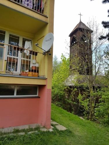 ...je poněkud nešťastně zastíněna panelovým domem.