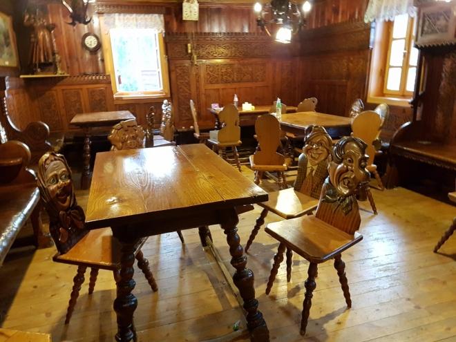 Starší, původní vyřezávané židle jsou v druhé místnosti restaurace.