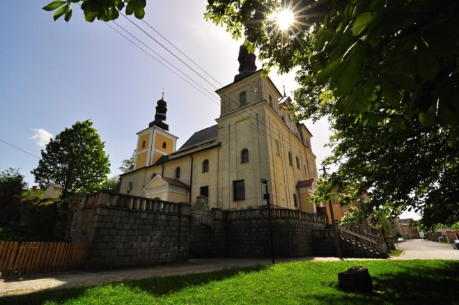 Kostel Nanebevzetí Panny Marie přestavbou po požáru získal barokní podobu. U kostela se nacházejí zbytky starého hřbitova s náhrobkem Johanna Zottmantla, starosty Zlatých Hor (1649).