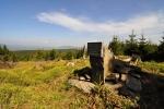 Pomník zabitému fořtovi jelenem, nebo jelenu zabitému fořte. Text je v němčině.