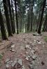 Prudký sestup k Černé Opavě doprovází hřmění.