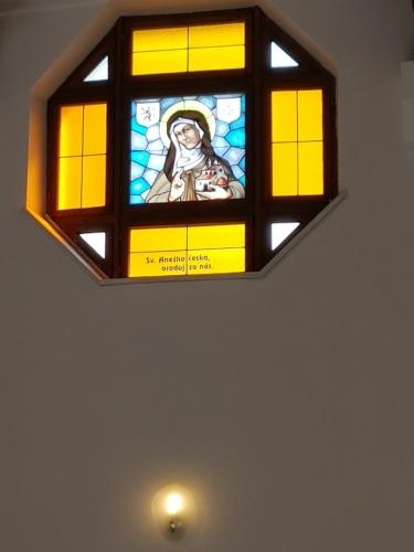 V kostele poutního kostela Panny Marie Pomocné.