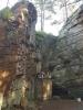 Poutní místo u Lurdské jeskyně je v podstatě takovým trampským kempem.