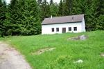 Za osamělým domem stoupáme na Pomezný vrch (1 001 m).