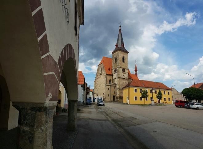 Honosný kostel sv. Máří Magdalény stojí zhruba uprostřed protáhlého náměstí při starodávné silnici mezi Českým Krumlovem a Prachaticemi a je zasvěcen sv. Maří Magdaleně. Díky znamenitým objevům restaurátorů v devadesátých letech našeho století při odkrývání a obnovování maleb v kostele jsme se o něm dozvěděli mnohem víc, než bylo donedávna známo. Současný kostel je už druhou stavbou tohoto druhu v obci, neboť již před ním tu stál jiný kostelík, zasvěcený stejné světici.  (text z www.mapy.cz)