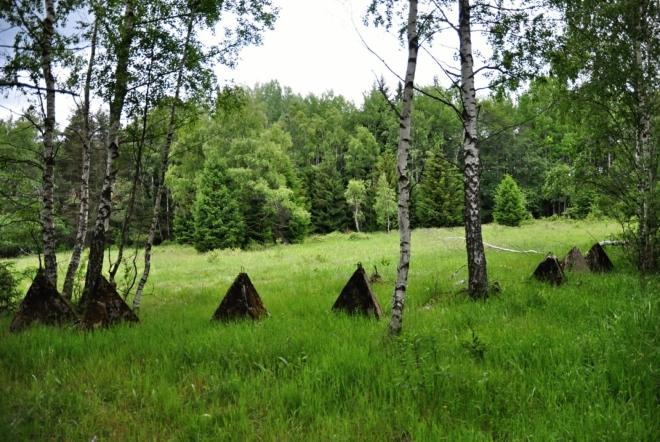 Polokruh z protitankových jehlanů připomíná kultovní místo starých Keltů.