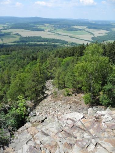 Proud kamenného moře padá hluboko pod vrchol Plešivce.
