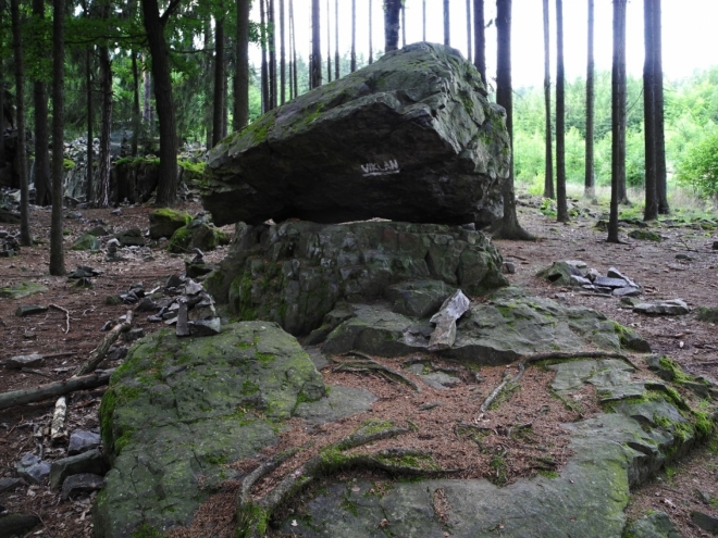 Viklan leží pod Krkavčími skálami.