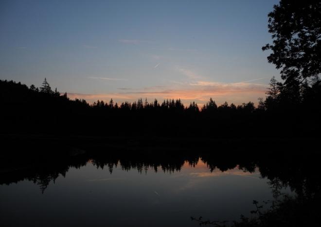 Zapadlo slunce, později i měsíc a nakonec Venuše. Teprve po jedenácté jdu spát.