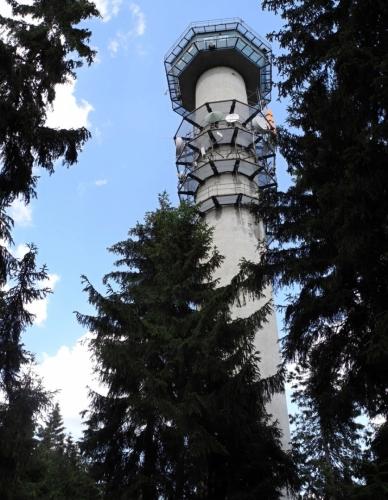 Vrchol zdobí tato meteorologická věž.