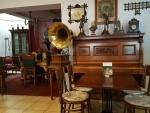 Ne, opravdu nejsme v bytě u staré jazzové zpěvačky. Jsme v restauraci Cafe-Restaurant Franz Josef I.