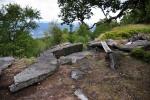 Z jižního skalnatého okraje padají dolů kolmé stěny.