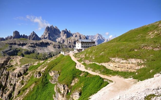 Rifugio Auronzo, pozadí masím Monte Cristallo.
