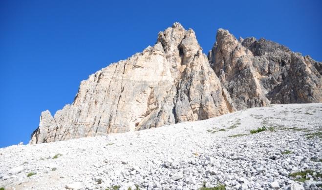 Nad hlavami se nám tyčí kolmé stěny Cima Ovest a Cima Grande.