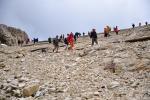 Do sedla sestupuje od lanovky mnoho turistů, ale dolinou Travenandzes již půjdeme sami.