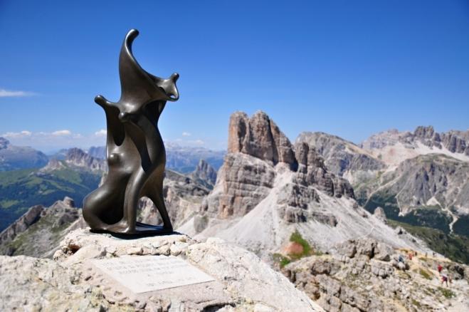 Skulptura na vrcholu Nuvolau je zřejmě nějakým horským aktem.