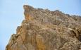 My jdeme s Lukášem pod mohutnými skalami a traverzujeme do sedla za Averau (Forcella Averau).