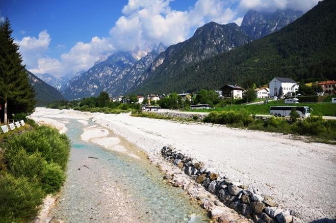 Řeka Ansiei u Auronza di Cadore. Kolem 10 hodiny ještě nic nenasvědčuje na změnu počasí a bouře. Předpověď však s nimi počítá.