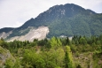 Stržený svah hory je jasně vidět.