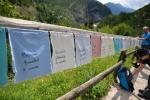 Každá obět zde má svůj šáteček. Okolo cesty jsou stovky jména dětí.