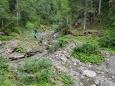 Sestup do údolí, kde se stéká několik potůčků je trochu oříšek. Děsně to klouže.
