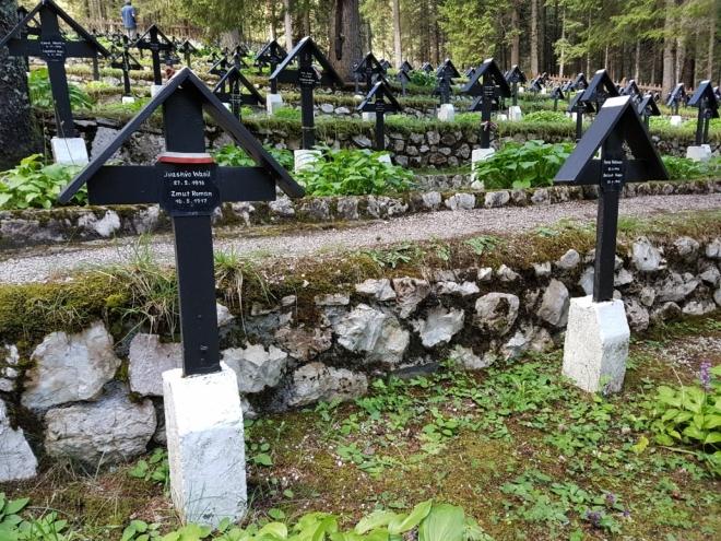 Krátká zastávka na Cimitero di Guera - hřbitov padlých vojáků z I. světové války. Množství zbytečně mrtvých, množství národů válkou postižených.