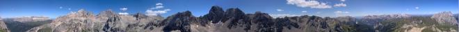 360° panoramatický snímek vyfocený z Col Ombertu. Zleva Pitz Boé a skupina Marmolady a další vrcholy už si nepamatuju.