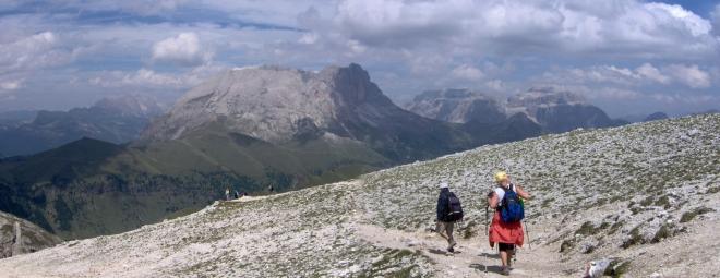 Cestou dolů z vrcholů Rosengartenu. Zleva Sasso Lungo, skupina Sella a Pitz Boé.