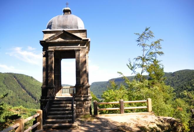 Pískovcový pavilon pochází z let 1888 - 1890. Poskytne nám nádherný výhled na hluboké údolí Labe...