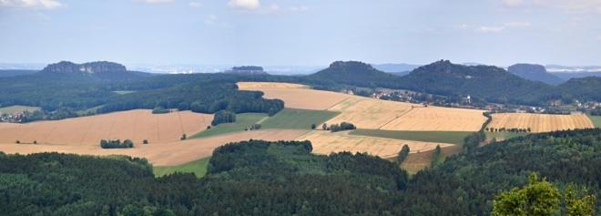 Panorama stolových hor Saského Švýcarska z Kleiner Zschirnsteinu.