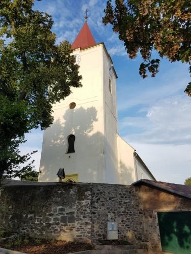 Římskokatolický kostel sv. Martina v Bátovcích - goticky přestavěná původně románská stavba nejpozději z první poloviny 13. století, barokizován v r. 1730.