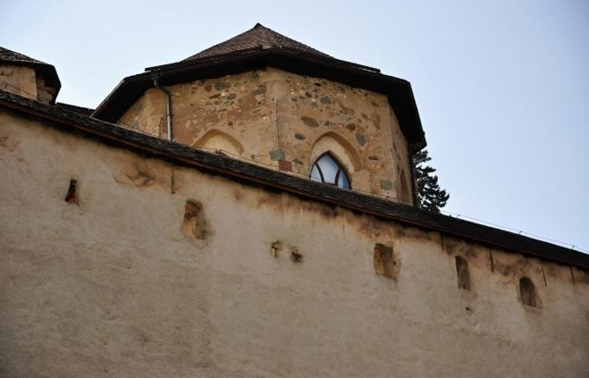 Hrad vznikl počátkem 16. století jako renesanční pevnost proti Turkům opevněním románsko-gotického kostela. Základ areálu tak tvoří gotická bazilika a kaple sv. Michala s kostnicí. Dnes stavba slouží Slovenskému banskému múzeu.
