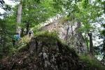 Vápenici přecházíme rozbitým vápencovým hřebenem k Harmanecké jeskyni...