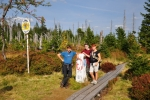 Markplatz. Zde se hranice lomí do pravého úhlu a pokračuje přes Mokrůvky k pramenům Vltavy.