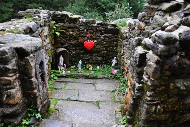 Červené srdce patří k Hauswaldské kapli. Snad patří nešťastné Anežce a její nenaplnéné lásce...