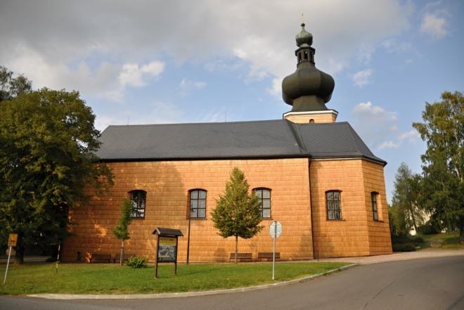Jedná se o barokní kostel pocházející z počátku 19. století. Postaven byl na místě původního dřevěného kostelíka. Zajímavostí, která vás na první pohled zaujme je výrazná báň kostela a pokrytí jeho jižní stěny šindelem, který se na Šumavě používal jako ochranný prvek staveb. (www.mapy.cz)