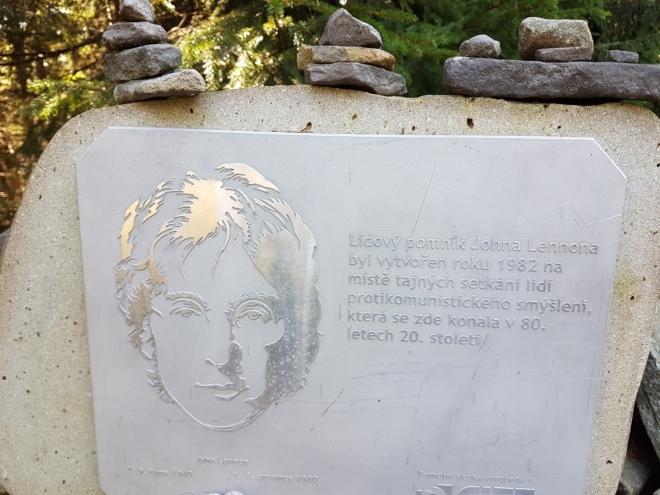 U pomníku Johna Lennona...