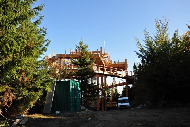 Stavba stezky korunami stromů.