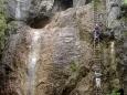 Docela exponované místo překonává kolmou stěnu u vodopádu.