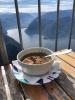 Na chatě můžete pojíst polévku, pokud se vám neroztřese ruka z velké expozice.