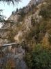 Most vede k tunelu, kterým v šeru postupujeme zpět k Gmundenu.