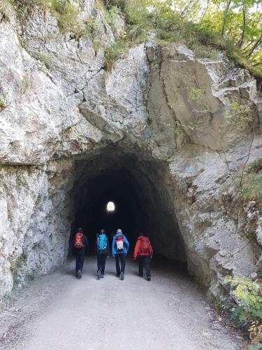 K začátku ferraty procházíme dva tunely.