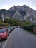 Místa k parkování jsou zcela obsazena a nezbývá než pár kilometrů navíc dojít.
