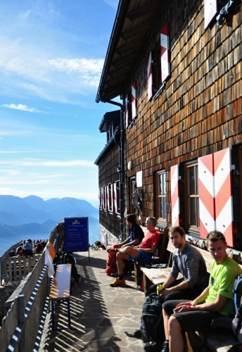 Cestou zpět již nejdeme zkratkou, ale zacházíme k chatě Gmundner Hütte. Tady by bylo hezké přespat. Západ i východ slunce musí být impozantní.