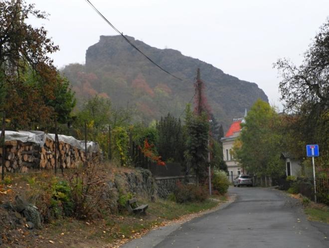 Střekovský hrad ční nad Labem vysoko, ale cesta k němu je snadná.