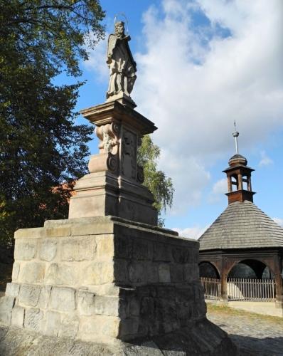 Socha sv. Jana Nepomuckého před kostelem sv. Máří Magdalény z roku 1723.