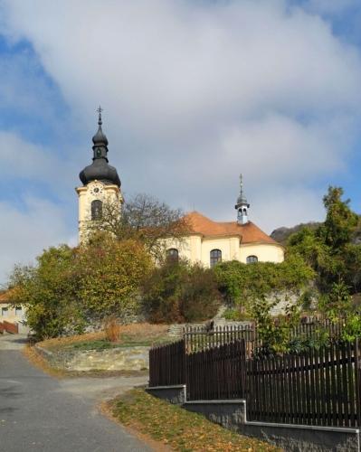 Kostel sv. Mikuláše je zmiňován r. 1384, později zdevastován. Současná svatyně byla vystavěna v první polovině 18. stol. Vzhled kostela se významně změnil v r. 1902, kdy věž tvořená pouze nízkou dřevěnou zvonicí byla nahrazena vysokou vyzděnou horní částí věže. Hlavní oltář je barokní a rámový. Oltářní obraz je dílem J. Ongerse z r. 1721. (www.mapy.cz)