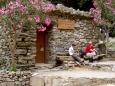 Níže je teď v létě koryto potoka suché a široké. Opuštěná chata Nikolaos, s všude přítomnými oleandry, je ještě v nejsevernější části. Celá soutěska je pak přístupná pouze shora(pro turisty jednosměrně z náhorní plošiny), anebo z Agia Roumeli, od moře.